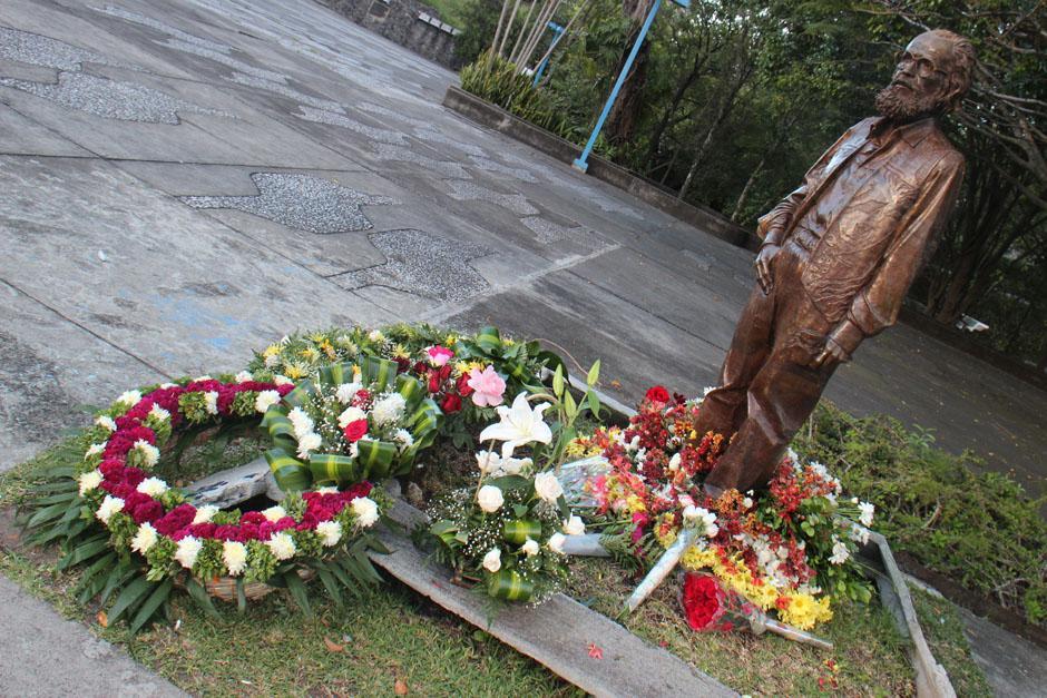 Flores colocadas a los pies del monumento a Efraín Recinos.