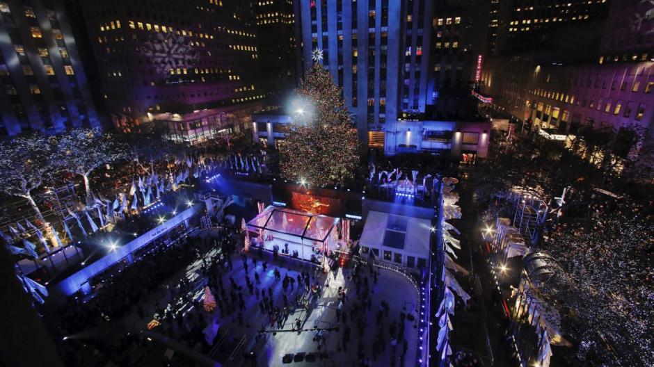 Árbol instalado frente al Rockefeller Center, en la ciudad de Nueva York, Estados Unidos. (Foto: Infobae)