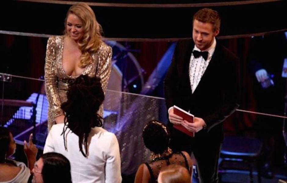 Gosling y su bella acompañante se sentaron en primera fila en la ceremonia. (Foto: analitica.com)