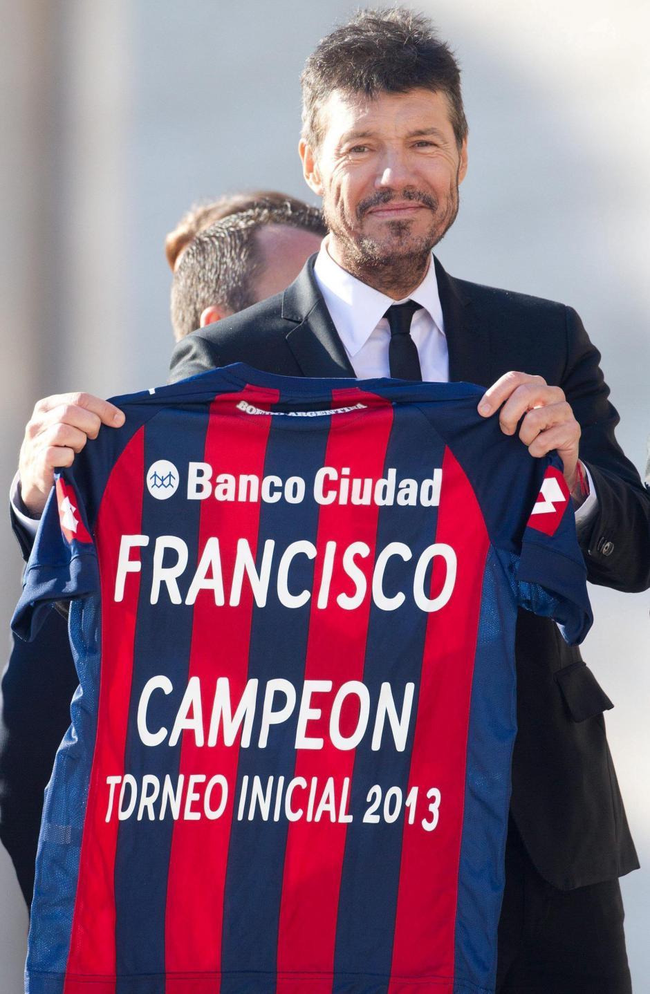 Uno de los integrantes de la delegación de San Lorenzo sostiene la camiseta que le regalaron al papa Francisco