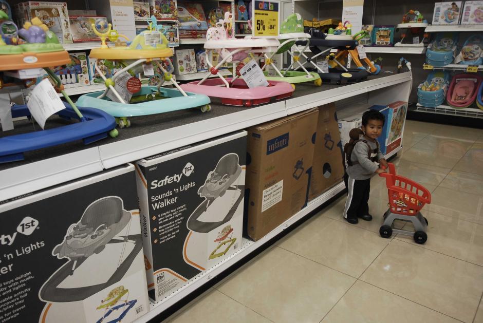 Los más pequeños de la casa se divierten con los juguetes de Juguetón de Cemaco. (Foto: Jesús Alfonso/Soy502)