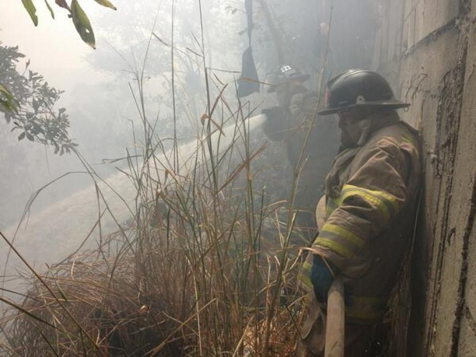 Bomberos Voluntarios y Municipales trabajan en conjunto para extinguir el incendio reportado. (Foto: Twitter)