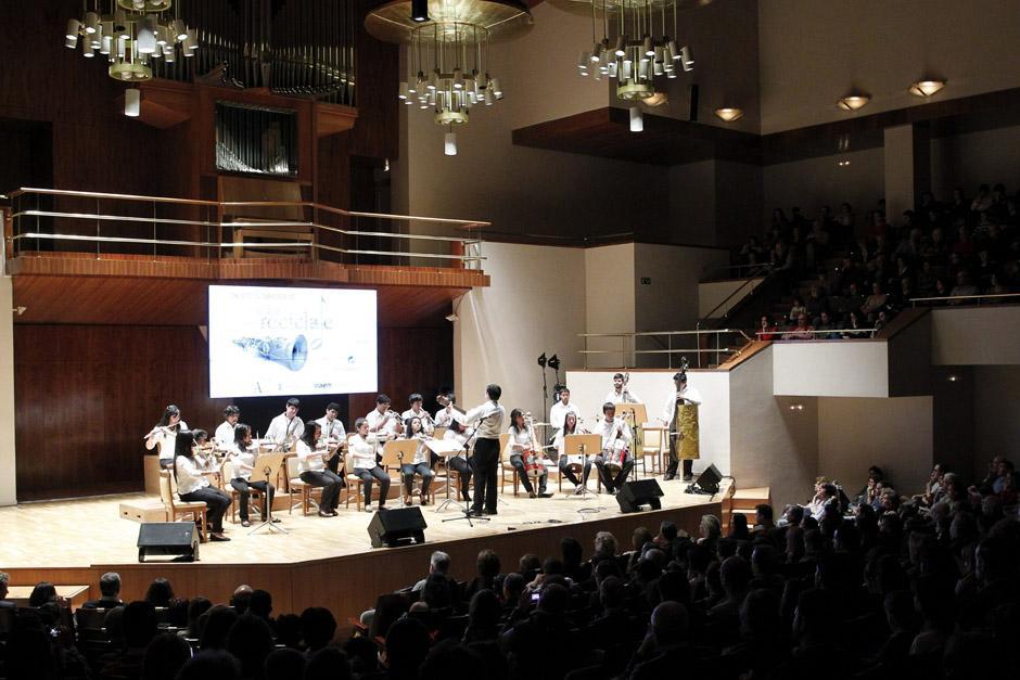 Los niños y jóvenes de la orquesta durante el concierto ofrecido en el Auditorio Nacional de Madrid. (Foto: Sergio Barrenechea/EFE)