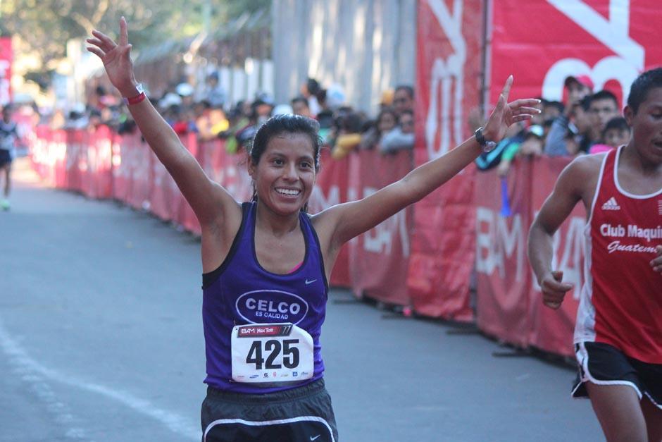 La amatitlaneca Merlin Chalí fue la primera mujer guatemalteca en cruzar la meta, lo hizo en el tercer lugar de la rama femenina, con un tiempo de una hora, 19 minutos y 14 segundos. (Foto: José Dávila/Soy502)