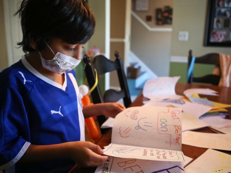 Cruz utiliza una mascarilla para limitar su exposición a los gérmenes. (Foto: Alton Strupp/The Courier-Journal)
