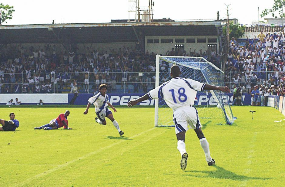 Una de sus víctimas favoritas es Costa Rica. Rumbo a Japón y Corea 2002, les hizo tres goles. Dos de ellos en mazatenango en un mediodía inolvidable.(Foto: Archivo Nuestro Diario)