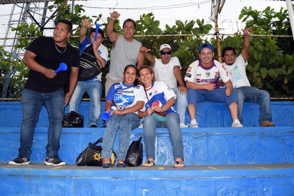 La familia Jerez fue la primera en entrar al estadio y ubicarse en la Preferencia. (Foto: Nuestro Diario)