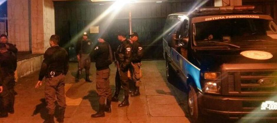 Los guardias de Presidios realizaron el traslado de los dos reos a la Torre de Tribunales. (Foto: Sistema Penitenciario)