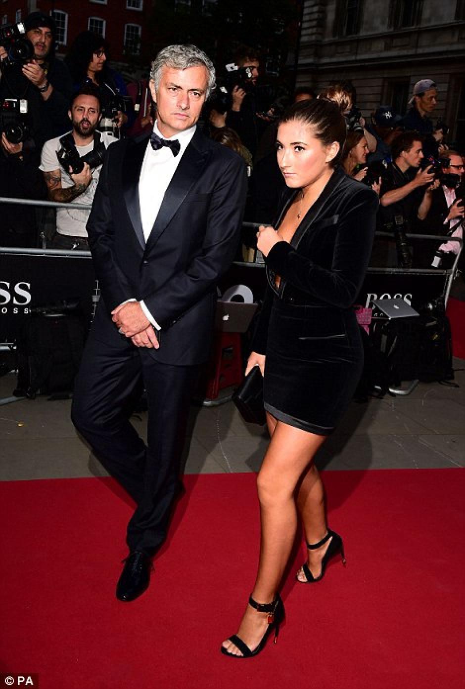 El escote del vestido de Matilda, hija de José Mourinho, casi la hace pasar un mal rato. (Foto: dailymail.co.uk)