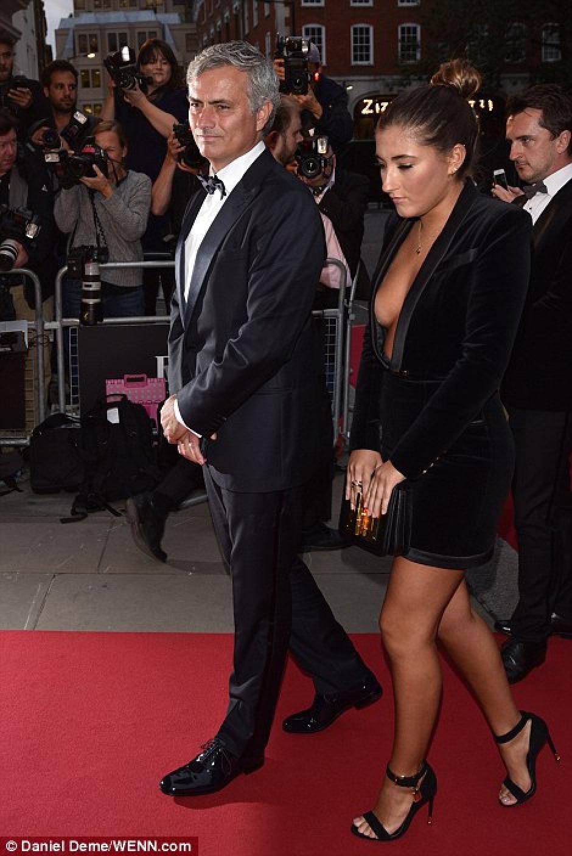 José Mourinho y su hija sobre la alfombra roja en Londres