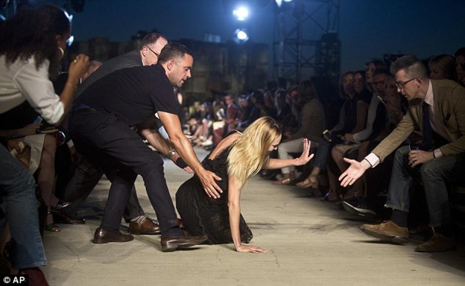 La topmodel Candice Swanepoel sufrió una caída en plena pasarela de Givenchy en Nueva York. (Daily Mail)