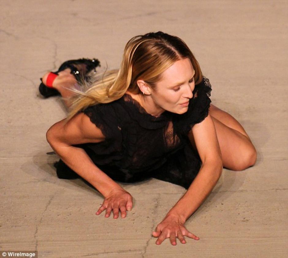 Candice Swanepoel, sufrió una caída en plena pasarela de Givenchy en la Semana de la moda en Nueva York. (Daily Mail)