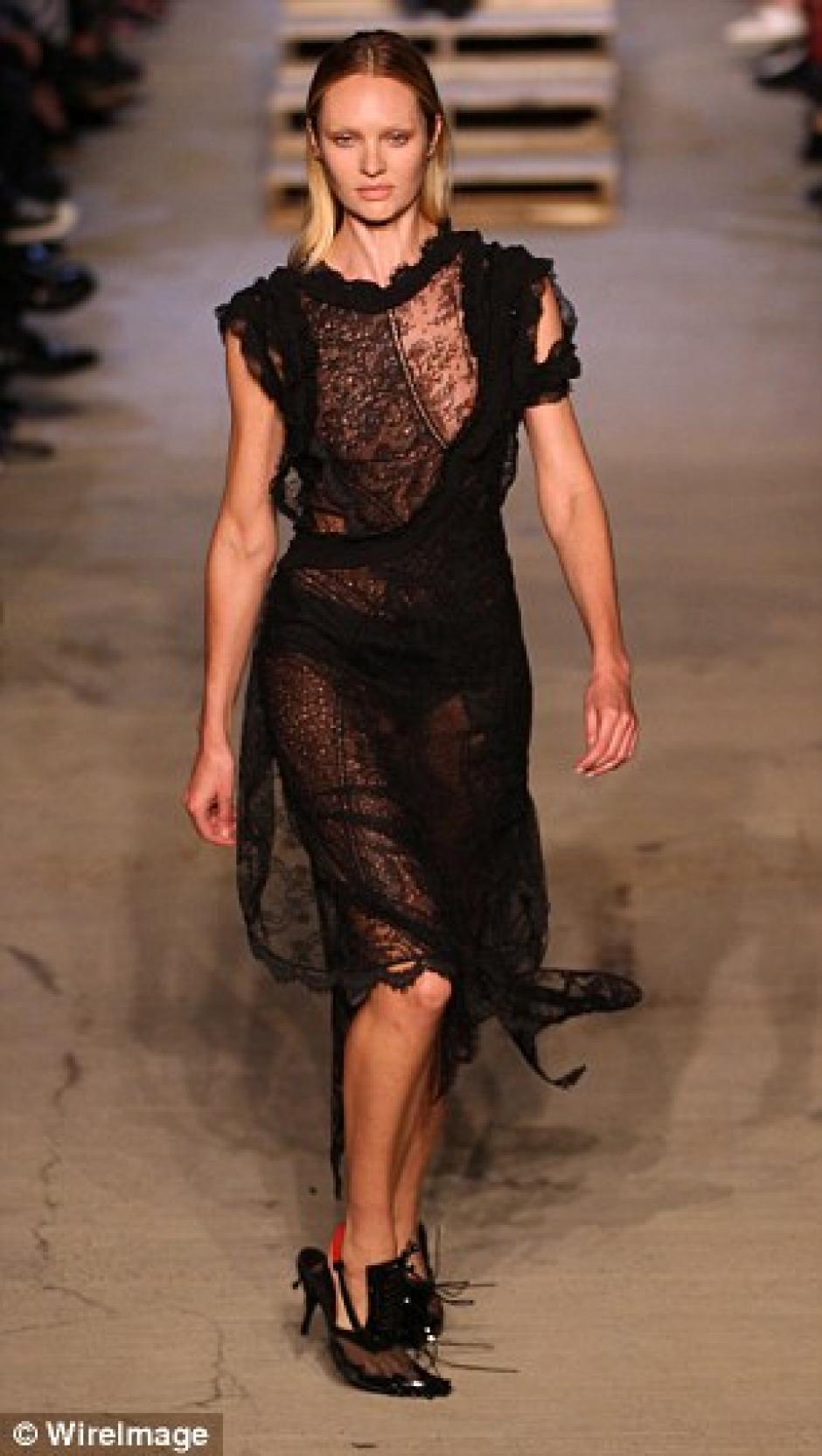La topmodel, Candice Swanepoel, sufrió una caída en plena pasarela de Givenchy en Nueva York. (Daily Mail)