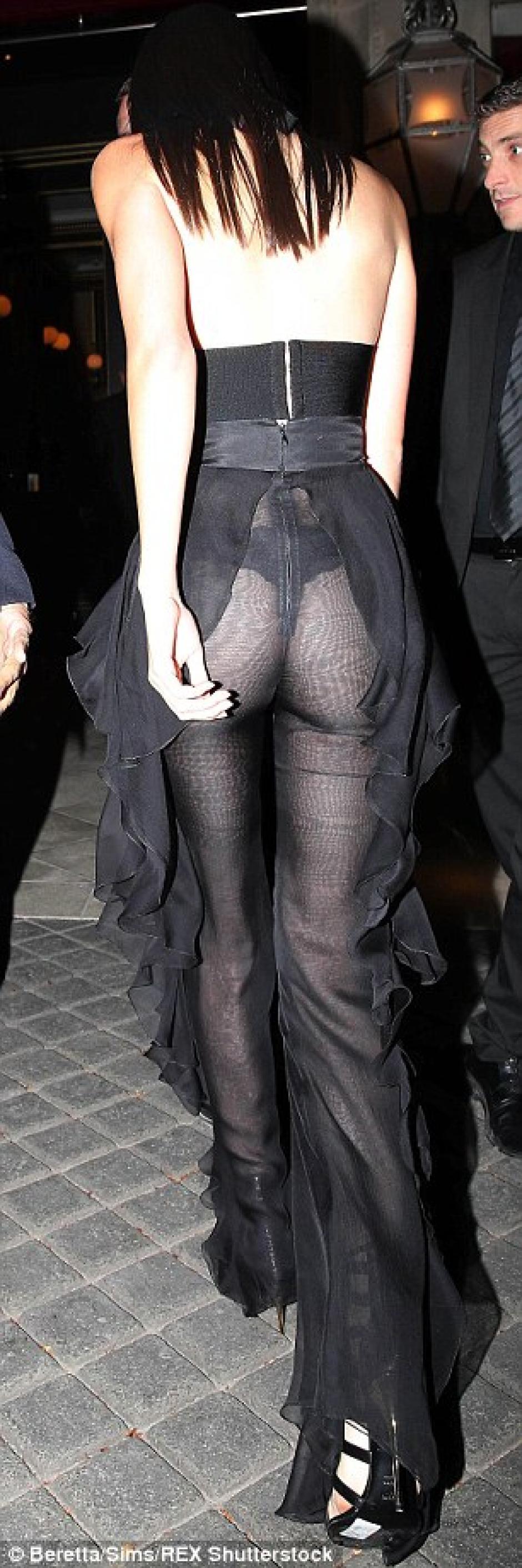 La ropa interior de la joven celebridad quedó expuesta ante todos en París. (Foto. dailymail.co.uk)