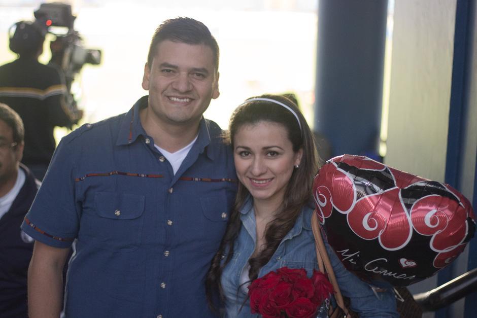 Christian y Marbella posan desde el palco del Mateo Flores. (Foto: José Dávila/Soy502)