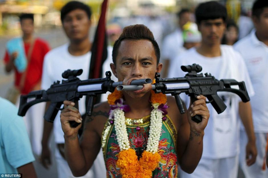 Algunos de los participantes se incrustaron armas para atraer la atención de los curiosos.(Foto: AFP)