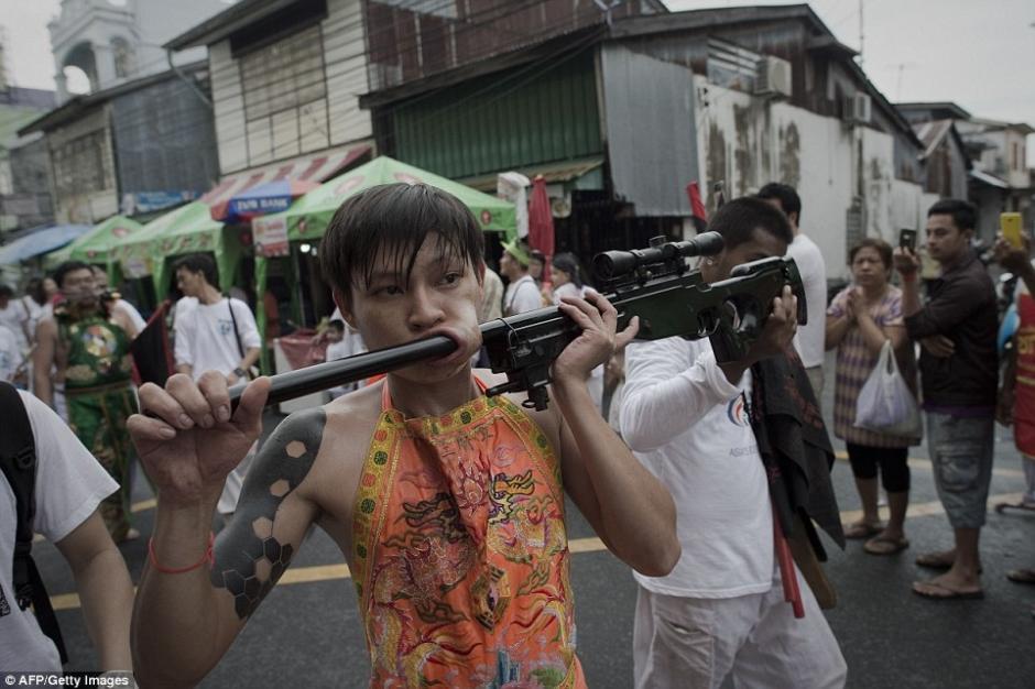 Las armas fueron los objetos más comunes durante el desfile.(Foto: AFP)