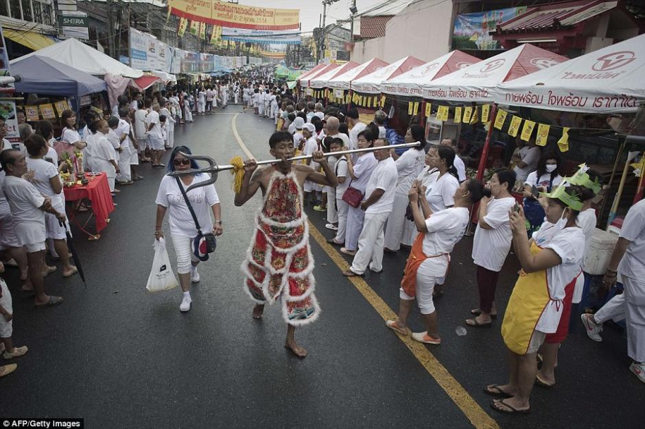 Los hombres que participan en este festival lo hacen como una forma de engrandecer el vegetarianismo. (Foto: AFP)