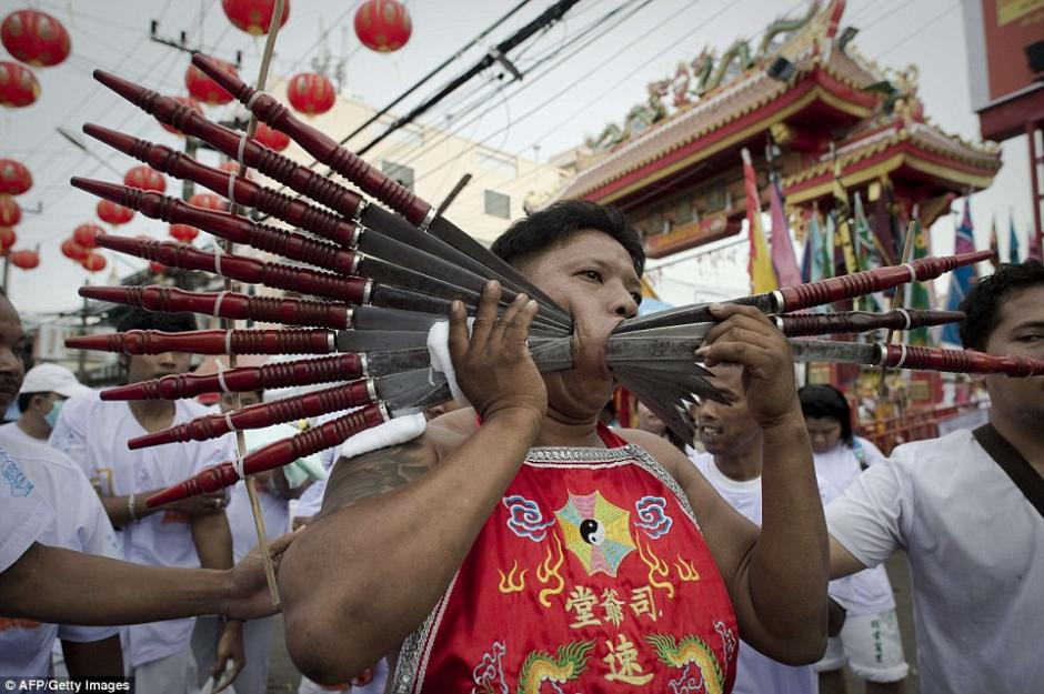 Los más extremistas se incrustaron varias armas filosas entre las mejillas.(Foto: AFP)