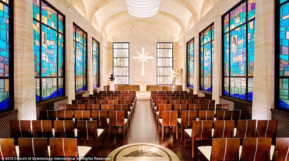 En el interior, la capilla está decorada con techos abovedados y vidrieras personalizadas que tienen citas de Hubbard.(Foto: Iglesia de la Cienciología)