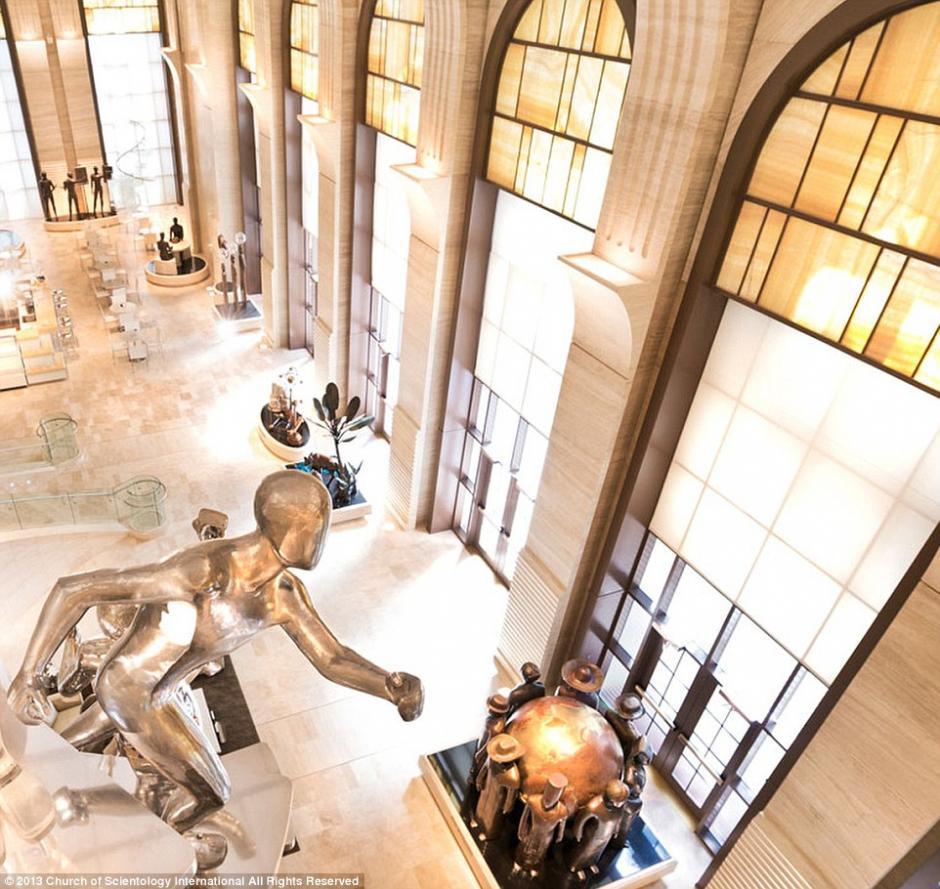 El impresionante vestíbulo contiene innumerables estatuas humanoides destinadas a dar vida a las creencias detrás de la Cienciología.(Foto: Iglesia de la Cienciología)