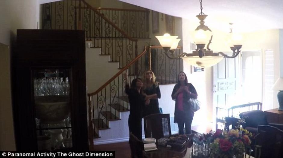 Los visitantes empezaron a recorrer la casa sin saber la sorpresa que les esperaba. (Foto: YouTube)