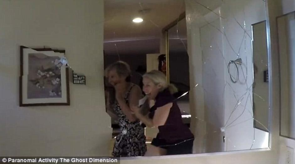 Al ingresar al baño el espejo se quebraba sin razón alguna. (Imagen: YouTube)