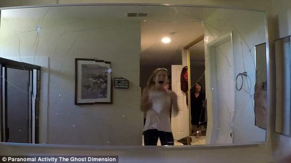 Al ingresar al baño los visitantes llevaban el susto de su vida. (Imagen: YouTube)