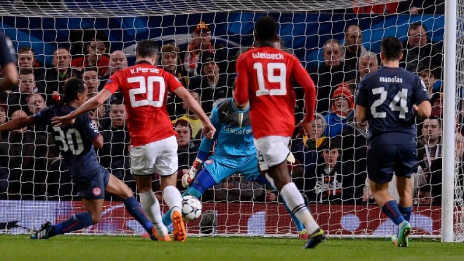 El segundo gol de Van Persie llegó al minuto 46 y con este se igualó la serie ante el Olympiakos. (Foto: AFP)