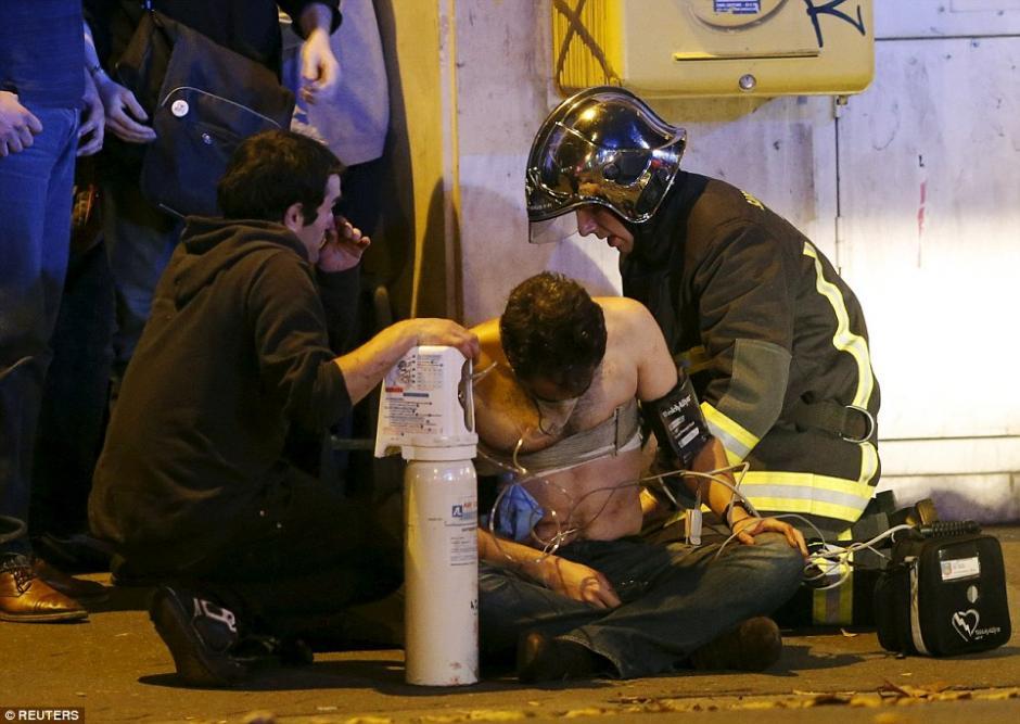 Algunas personas fueron atendidas en las calles por los paramédicos antes de ser enviados al hopital.