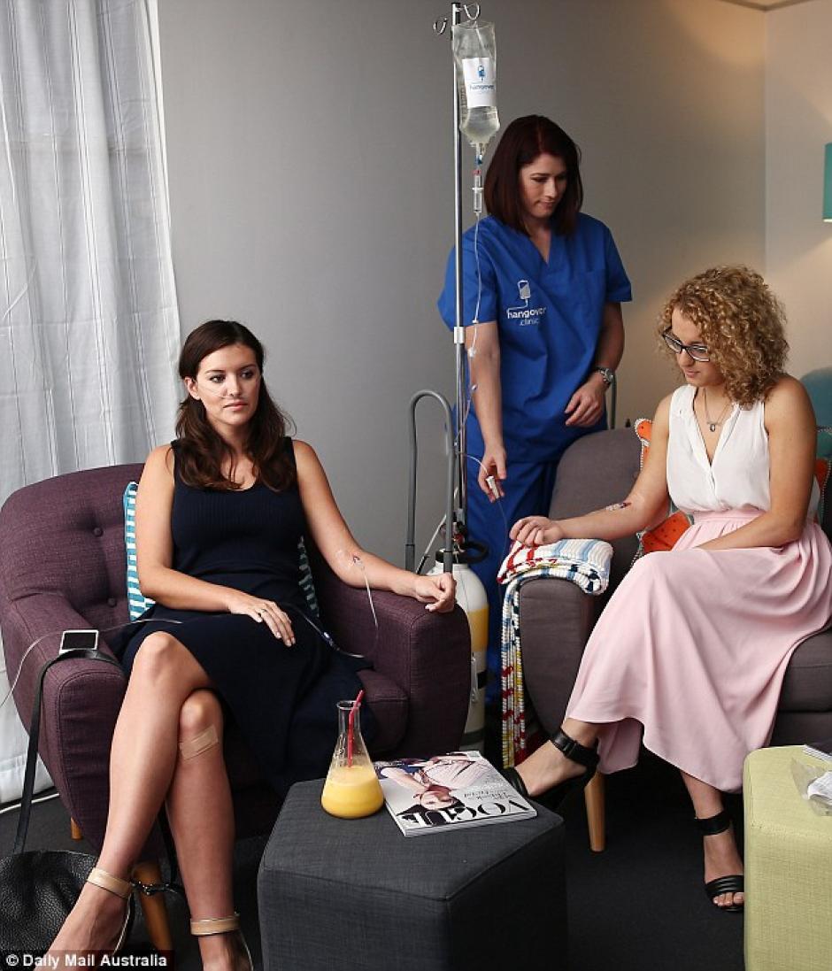 Hombres y mujeres visitan regularmente Hangover Clinic en busca de superar rápidamente los efectos de la resaca. (Foto: Mail Online)