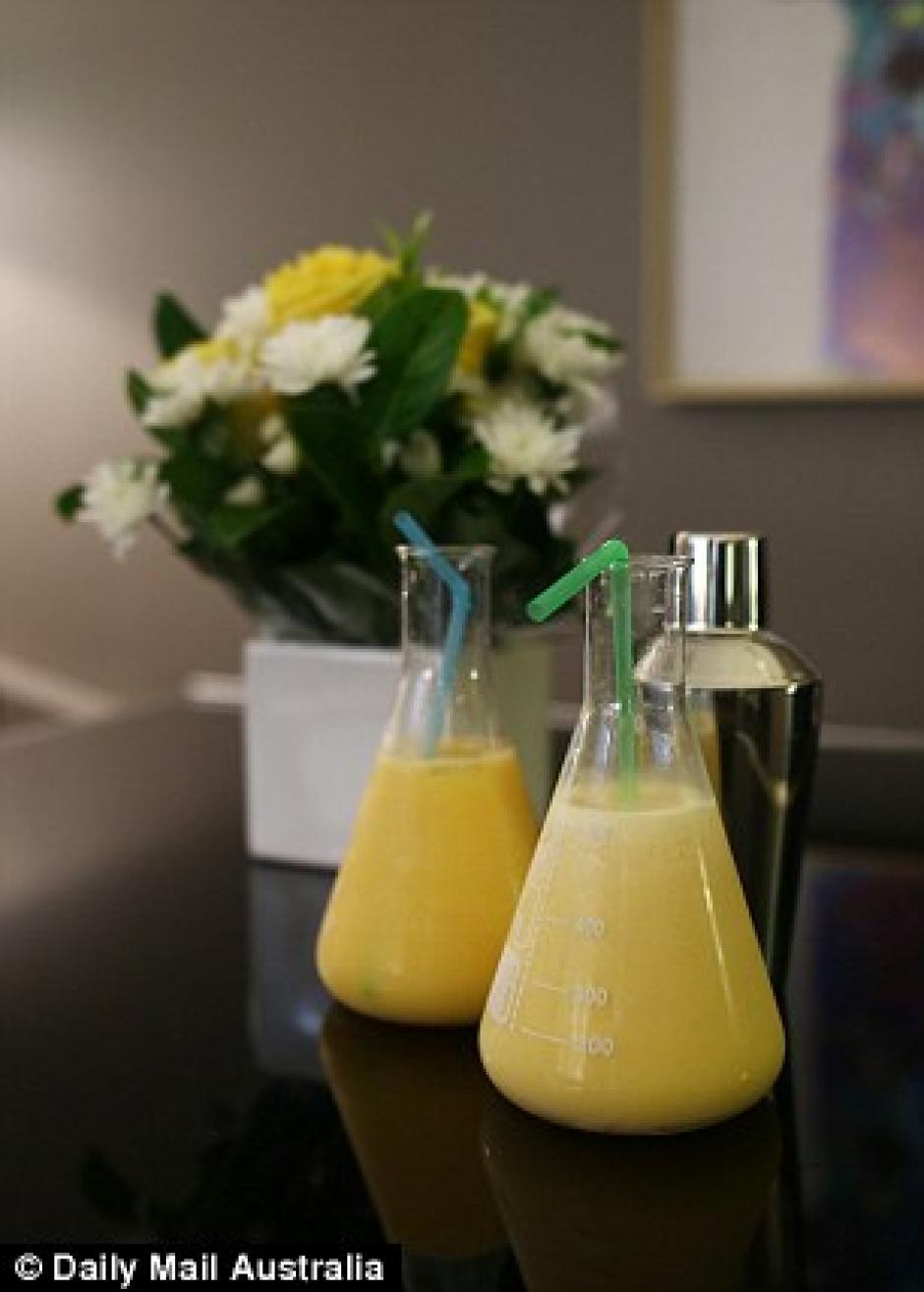 Sueros y bebidas naturales son parte del tratamiento que ofrece Hangover Clinic a quienes llegan en busca de aliviar la resaca. (Foto: Daily Mail)