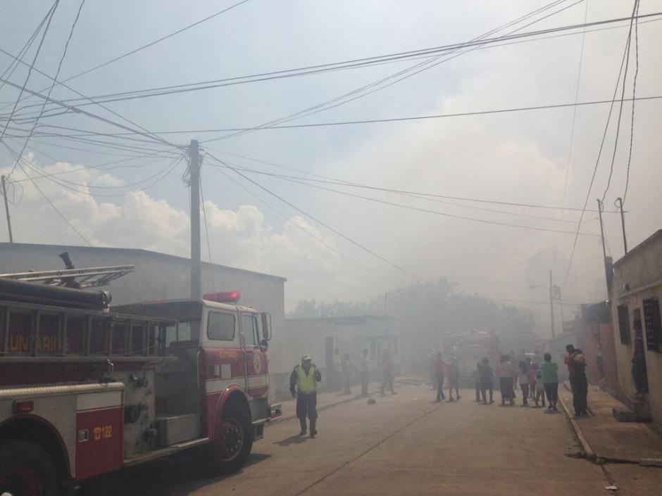 Varias personas han tenido que salir de sus viviendas por el humo. (Foto: Twitter)