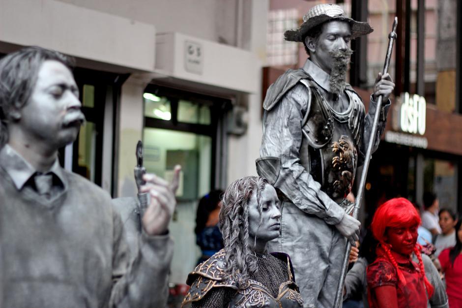 Personajes históricos representados en estatuas humanas llamaron la atención este fin de semana en el Paseo de la Sexta. (José Dávila/Soy502)