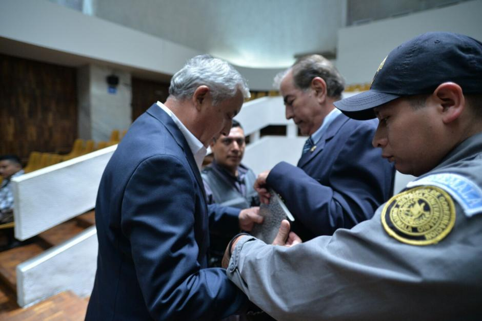 Uno de los abogados de Byron Lima se acercó al expresidente en apariencia para comentarle sobre la muerte. (Foto: Wilder López/Soy502)