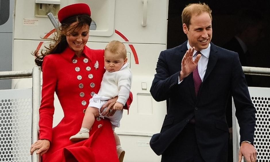 El príncipe William y Kate Middleton, llegan al aeropuerto de Wellington en Nueva Zelanda. Hoy inician una gira por ese país y Australia. Es la primera vez que el pequeño príncipe Jorge viaja con sus padres fuera de Inglaterra. (Foto: AFP)