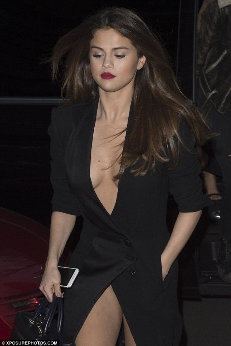 La cantante enseñó algo más que un gran escote, pues su vestido no estuvo a su favor. (Foto: dailymail.co.uk)