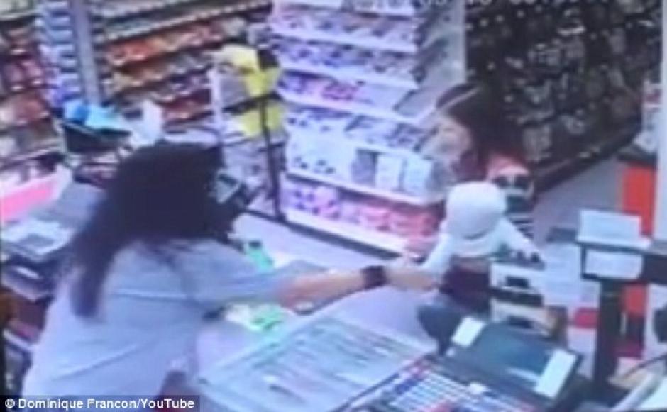 Una cajera de una pequeña tienda de conveniencia salvó a un bebé segundos antes que su mamá se desvaneciera. (Foto: dailymail.co.uk)