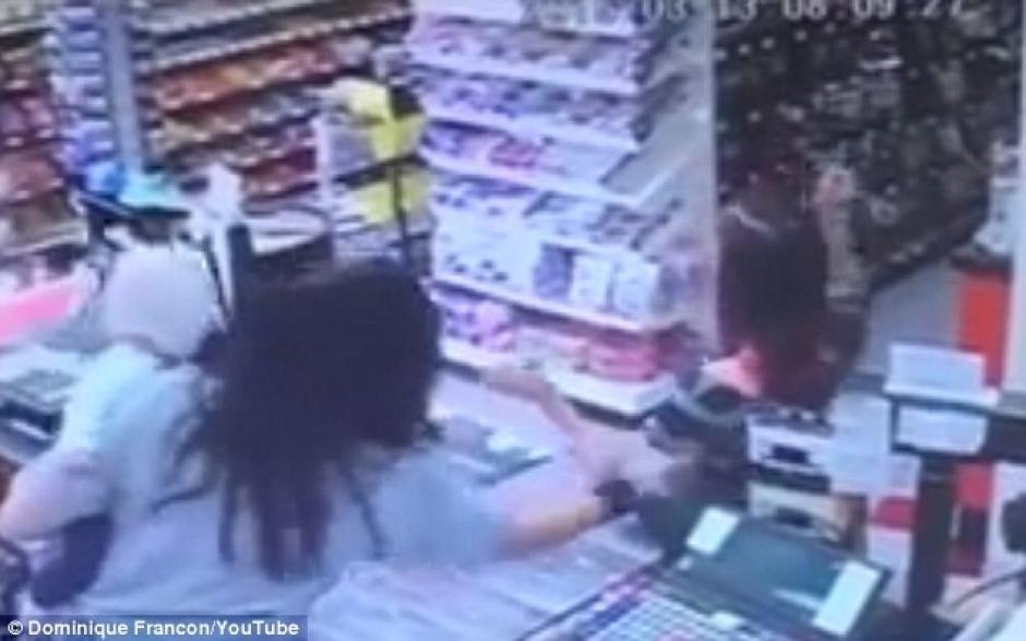 Rebecca Montano, tuvo un instinto maternal y le quitó de las manos al bebé antes que la mujer cayera al suelo. (Foto: dailymail.co.uk)