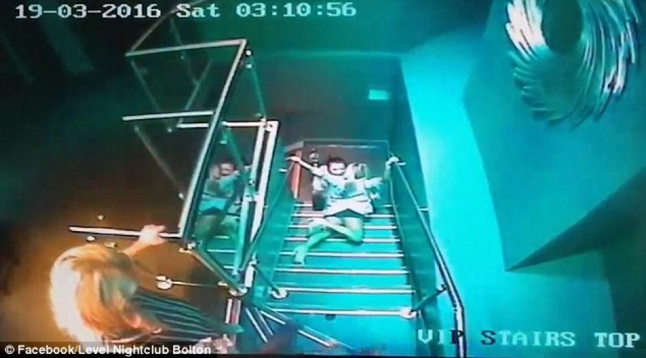 Una mujer cayó de manera graciosa tras salir de un club nocturno y se volvió viral en internet