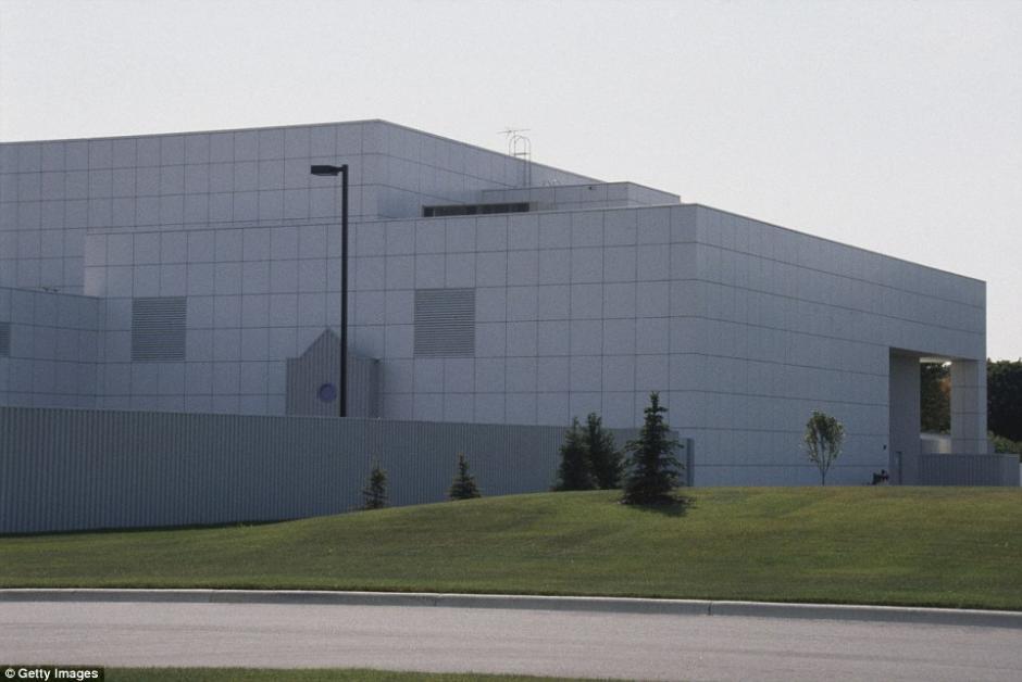 La casa tiene un estilo futurista con líneas que separan a cada edificio. (Foto: dailymail.co.uk)