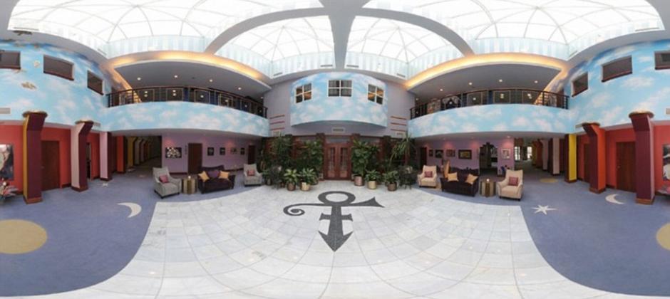 La mansión cuenta con una extravagante sala. (Foto: dailymail.co.uk)