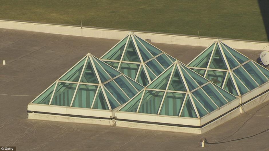 Una de las construcciones contaba con una pirámide de cristal que era iluminada con un color púrpura. (Foto: dailymail.co.uk)