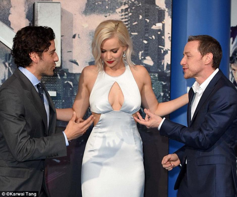 Oscar Isaac y James McAvoy ayudaron a la actriz a mantener el equilibrio en la gala. (Foto: Karwal Tang)
