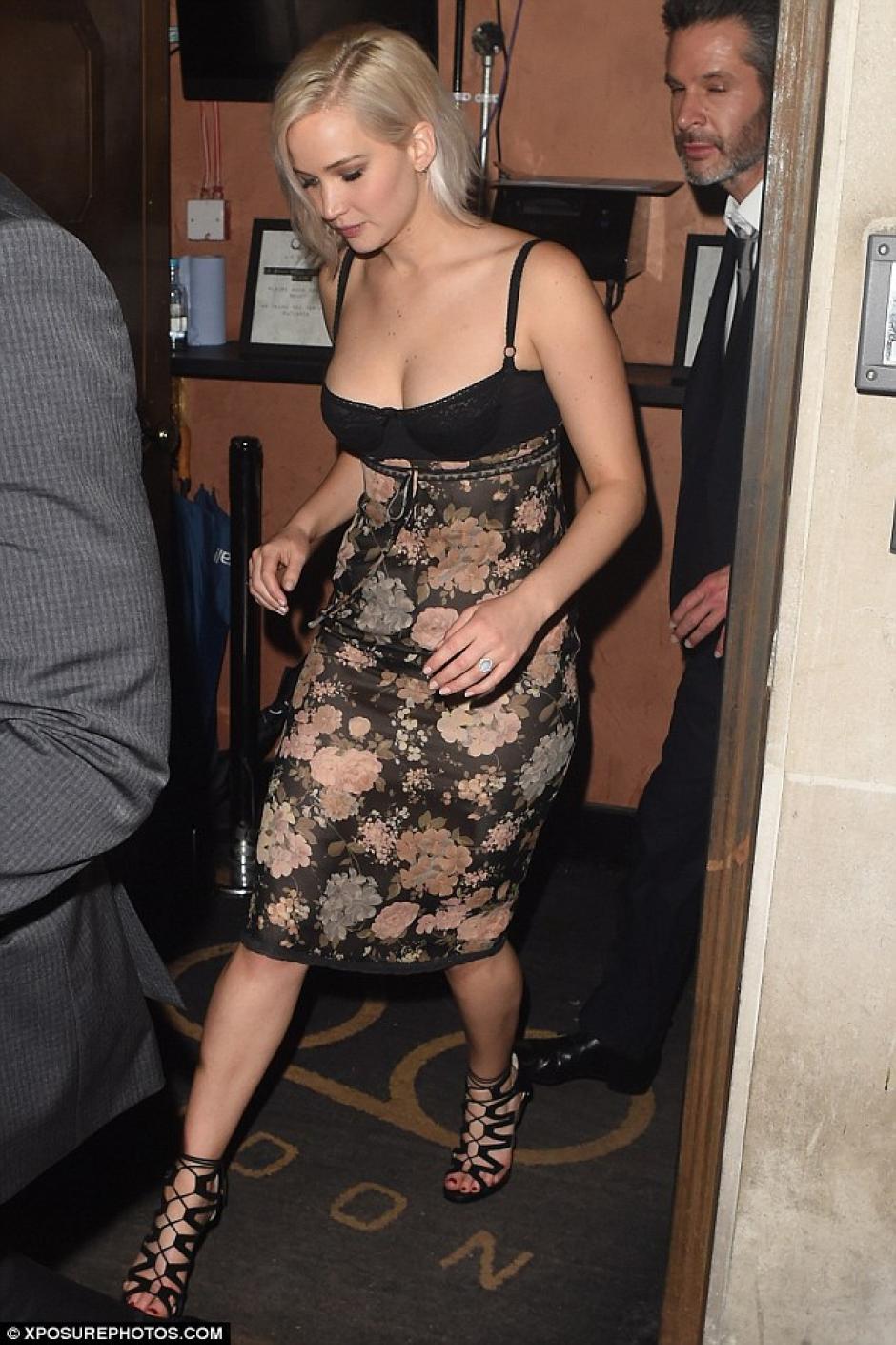 Jennifer lució un vestido de Dior. (Foto: Xposurephotos.com)