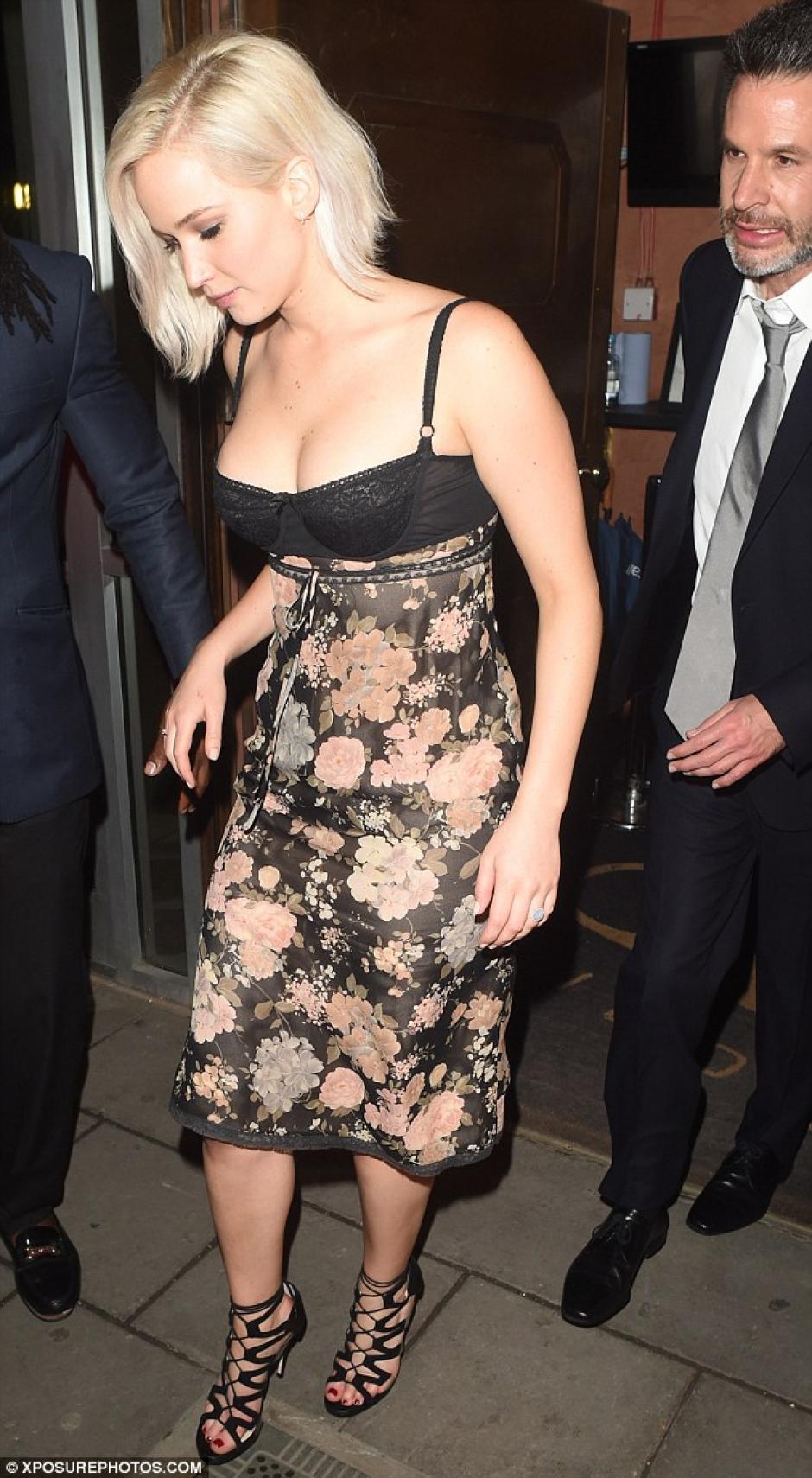 Jennifer Lawrence mostró un amplio escote en un club. (Foto: xposurephotos.com)