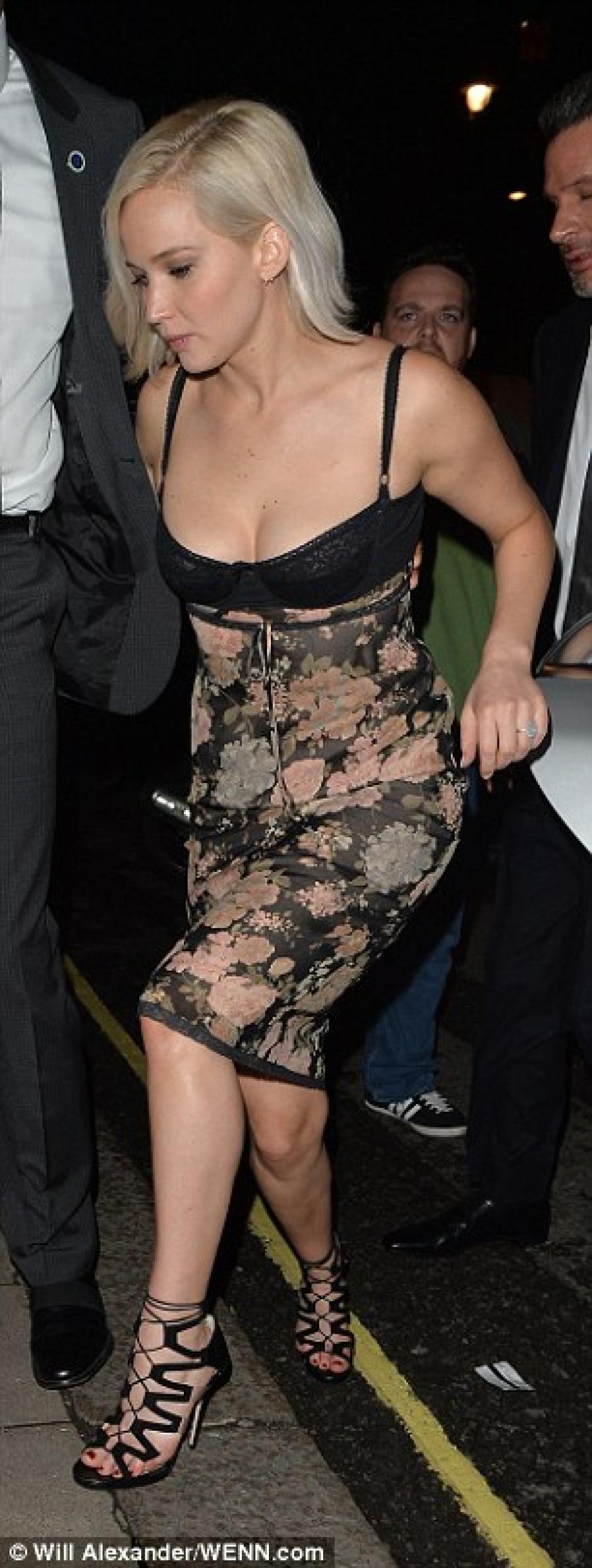 La actriz se apuró a ingresar. (Foto: Splash news)