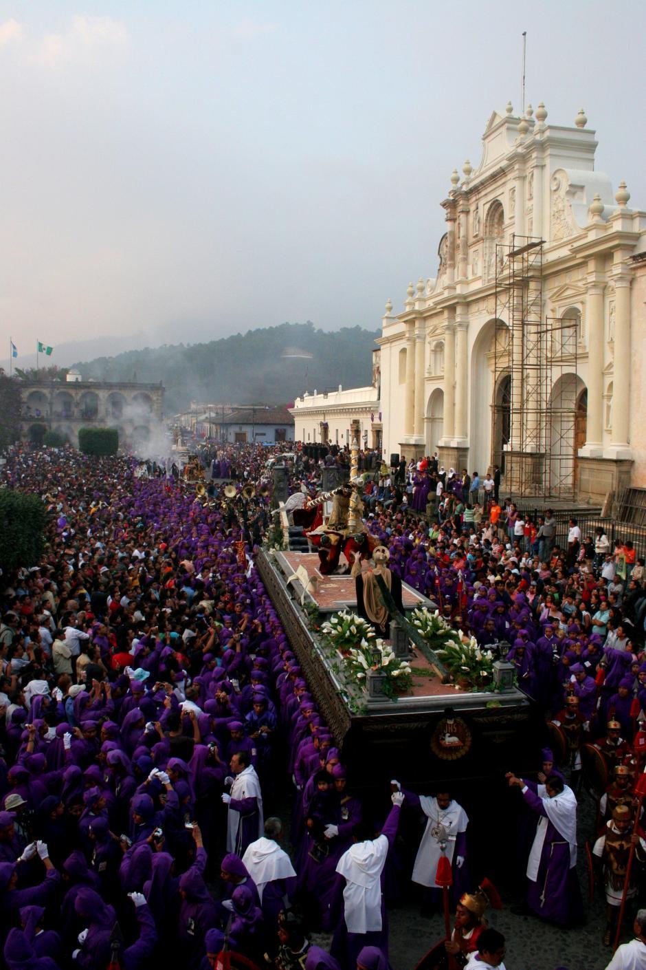 Las calles de Antigua lucen repletas al paso del Cortejo.(Foto: Raúl Illescas/Especial para Soy502)