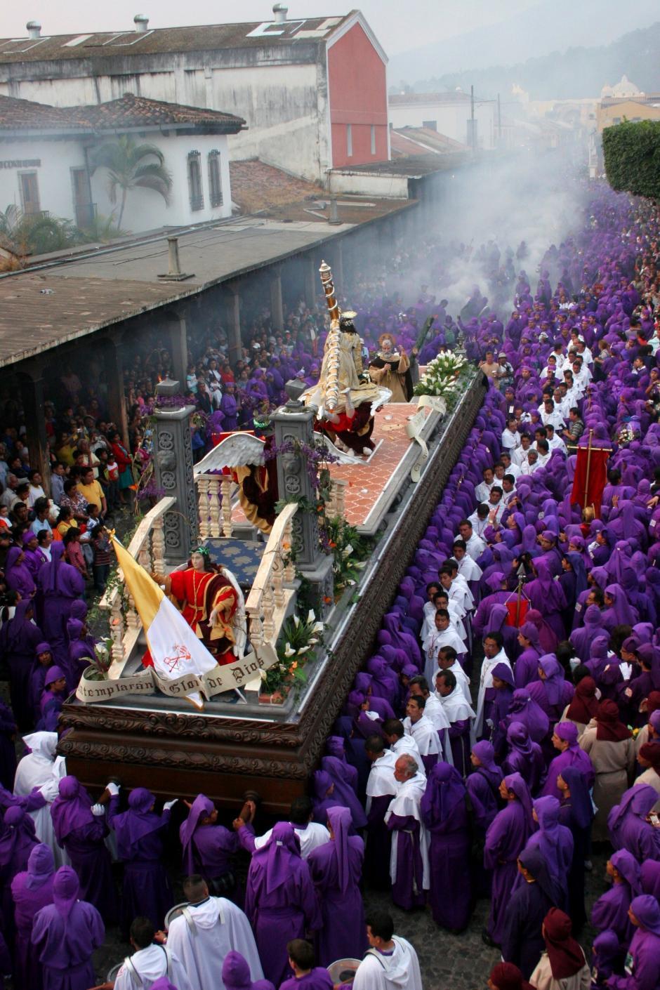 Las calles de Antigua se llenan de solmnidad con el paso de Jesús Nazareno de la Caída del Templo de San Bartolomé Becerra.(Foto: Raúl Illescas/Especial para Soy502)