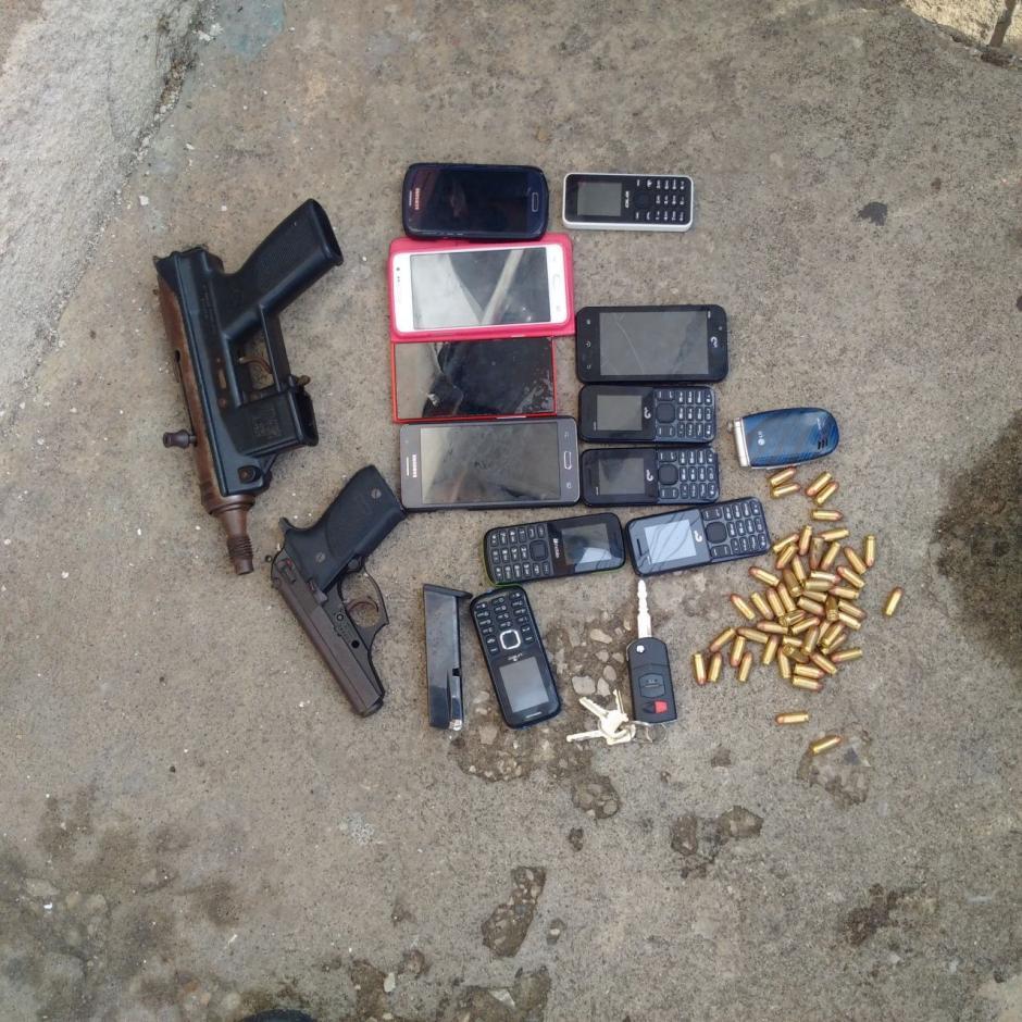 Las autoridades incautaron una subametralladora y otras armas y municiones.  (Foto: PNC)